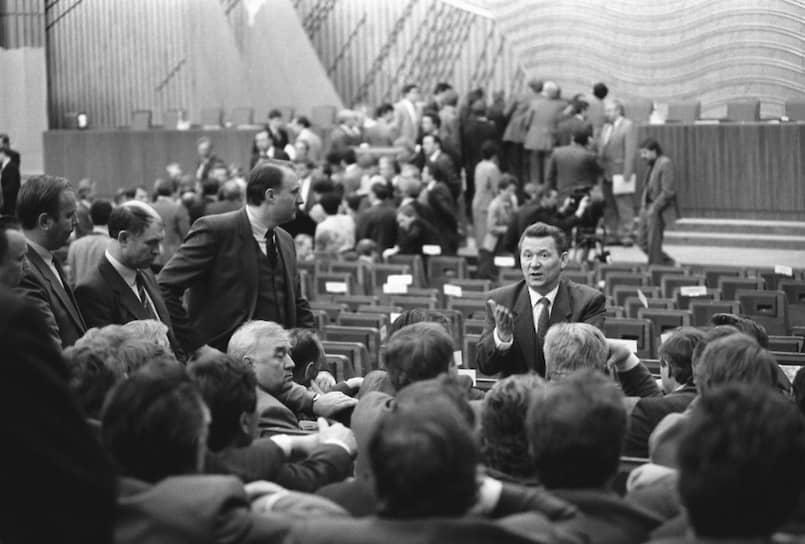 В созванном на год раньше срока 28-м съезде КПСС принимали участие 4683 делегата, в партийных организациях тогда насчитывалось более 18 млн человек