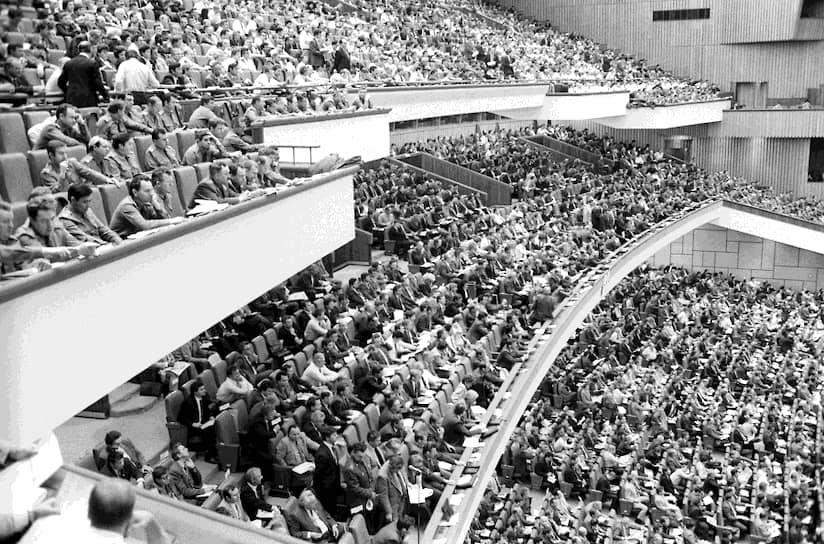 Из-за внутренних разногласий съезду не удалось установить новую программу партии (главный документ КПСС). Съезд утвердил партийную «платформу», фактически декларировавшую постепенный переход КПСС на позиции «демократического социализма»