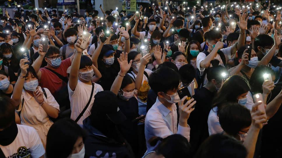 Гонконгцы протестуют, подняв телефоны с включенными фонарями