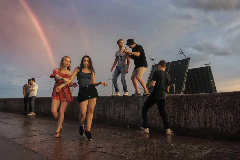 28 июня. Санкт-Петербург. Молодые люди гуляют во время белых ночей