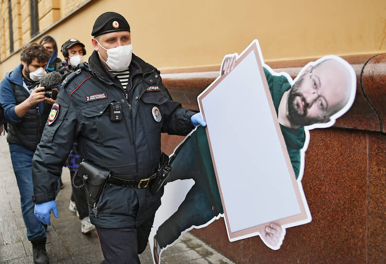 1 июня. Москва. Сотрудники полиции уносят картонную фигуру журналиста Ильи Азара