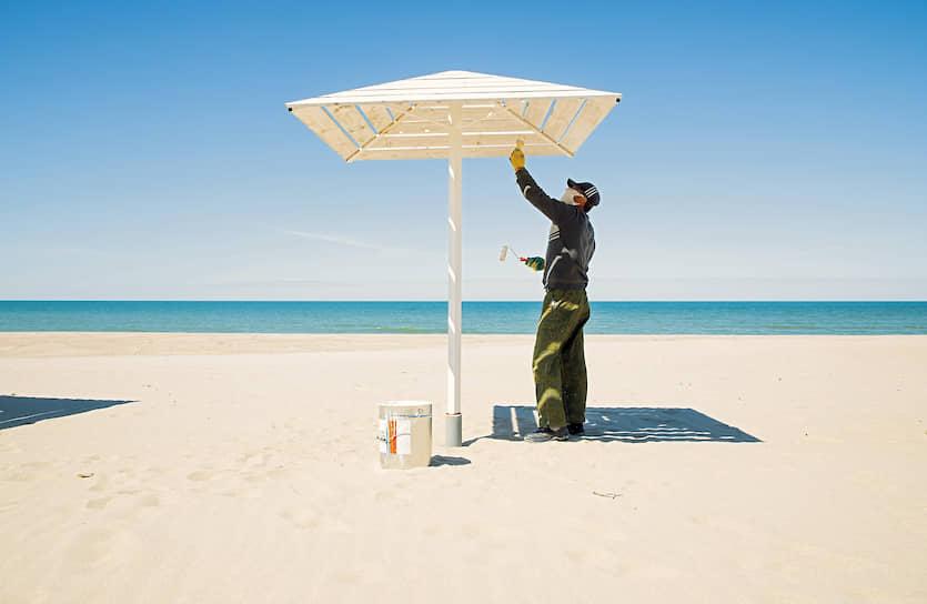 1 июня. Калининградская область. Подготовка к пляжному сезону в поселке Янтарный