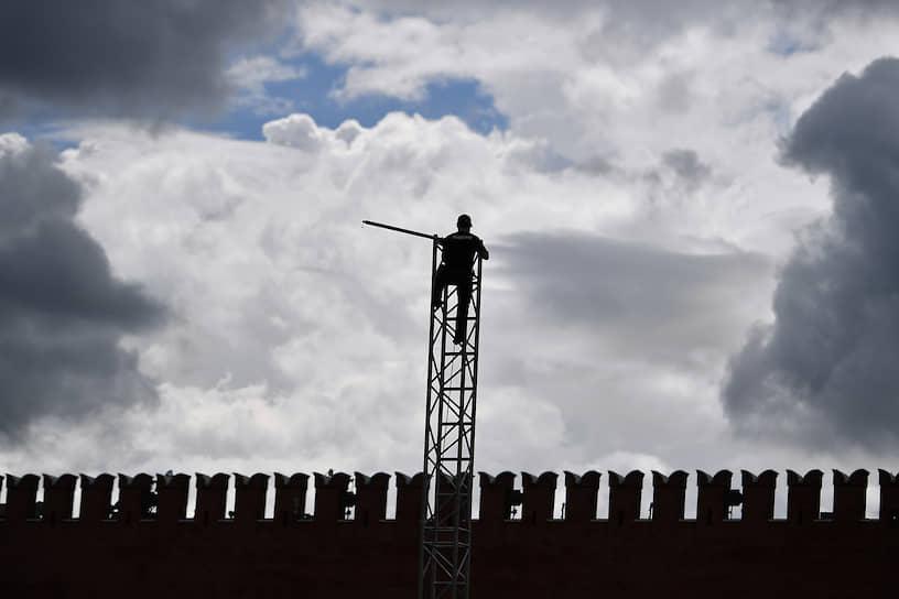 4 июня. Москва. Рабочий на фоне неба и Кремлевской стены