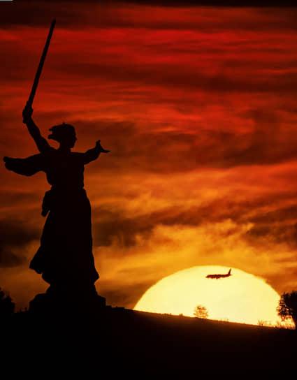 4 июня. Волгоград. Монумент «Родина-мать зовет» во время заката