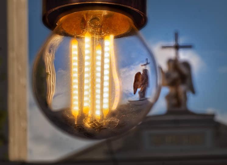 7 июня. Санкт-Петербург. Горящая светодиодная лампа
