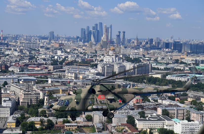 24 июня. Москва. Вертолет во время парада, посвященного 75-летию Победы