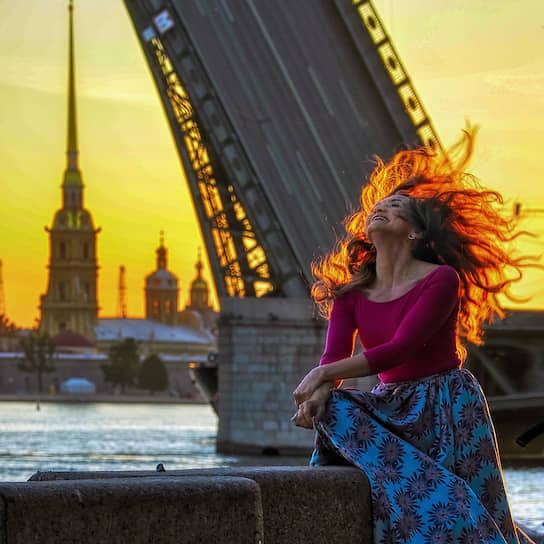 14 июня. Санкт-Петербург. Девушка гуляет во время белых ночей