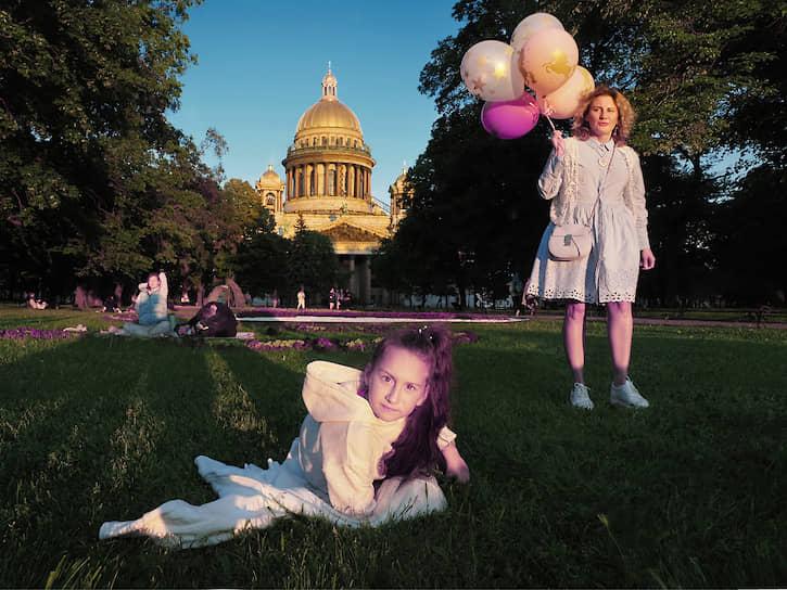 12 июня. Санкт-Петербург. Женщина с воздушными шарами и девочка на фоне Исаакиевского собора