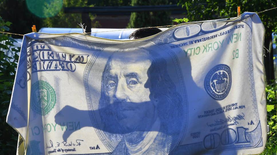 Дивиденды ослабили рубль / Биржевой курс доллара впервые за месяц превысил 71рубль, евро — 80 рублей