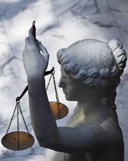 23 июня. Москва. Скульптура Фемиды в холле здания Первого апелляционного суда