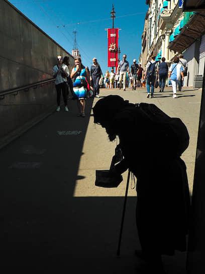 24 июня. Санкт-Петербург. Силуэт пожилого человека в подземном пешеходном переходе