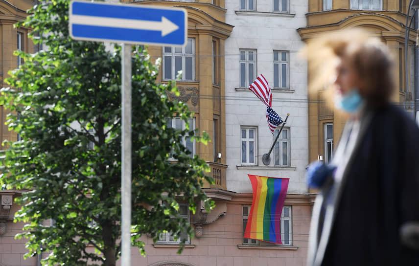 25 июня. Москва. Радужный флаг на здании американского посольства, вывешенный в рамках мероприятия ЛГБТ-сообщества