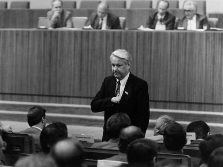 «Заявляю о своем выходе из КПСС, чтобы иметь большую возможность эффективно влиять на деятельность Советов. Готов сотрудничать со всеми партиями и общественно-политическими организациями в республике»,— заявил Борис Ельцин