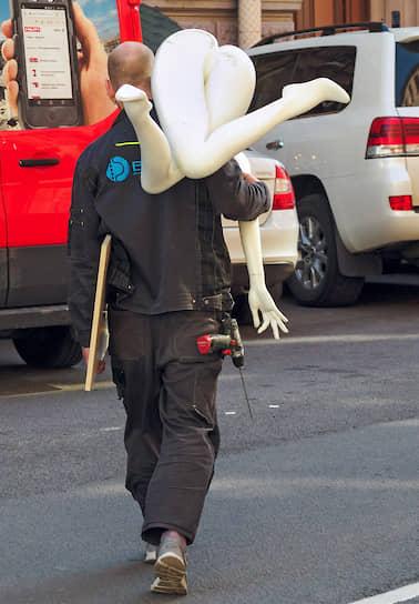 2 июня. Санкт-Петербург. Мужчина переходит дорогу с манекеном