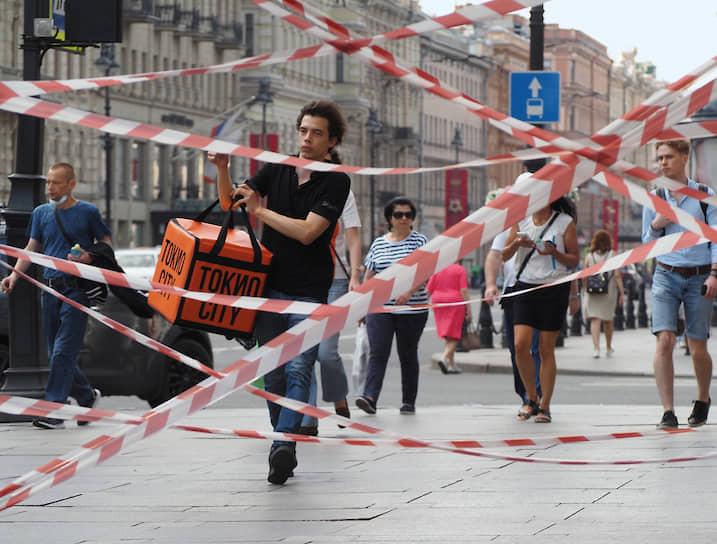 18 июня. Санкт-Петербург. Прохожие на Невском проспекте