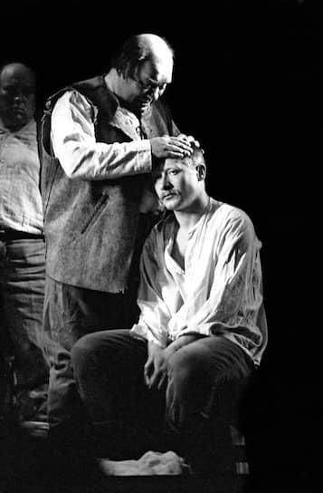 После окончания в 1973 году театрального училища имени Щукина по предложению Марка Захарова пришел в Московский театр Ленинского комсомола, получив роль Палача в «Тиле Уленшпигеле» <br> На фото: сцена из спектакля «Вор» с партнером Евгением Леоновым
