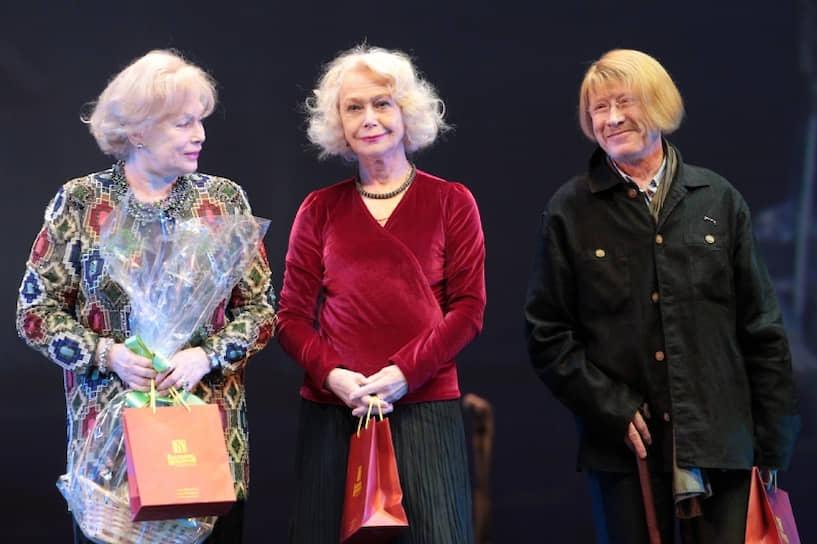 В августе 2012 года заявил, что больше не будет играть в театре <br> На фото слева направо: актеры Алла Будницкая, Светлана Немоляева и Виктор Проскурин на российском кинофестивале «Виват кино России!»