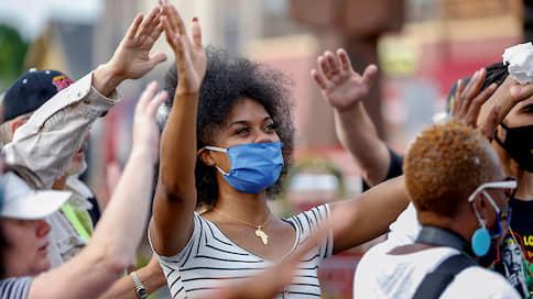 Дональду Трампу примеряют маску  / Соединенным Штатам предрекли взрывной рост заболеваемости COVID-19