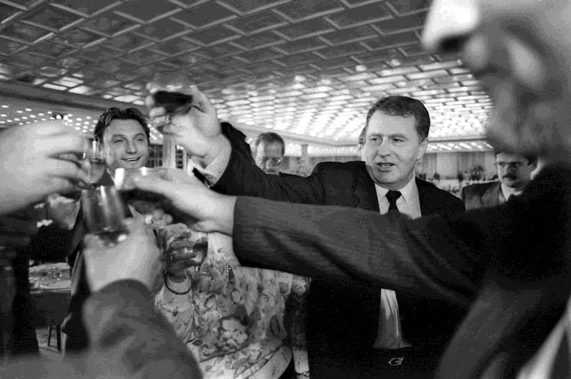 12 декабря 1993 года всенародным голосованием была принята Конституция РФ. Митингов и концертов по этому случаю не проводилось, но появилась традиция торжественных приемов в Кремле. До 2005 года 12 декабря был выходным днем<br> На фото: лидер ЛДПР Владимир Жириновский на праздновании в Кремлевском дворце в декабре 1993 года