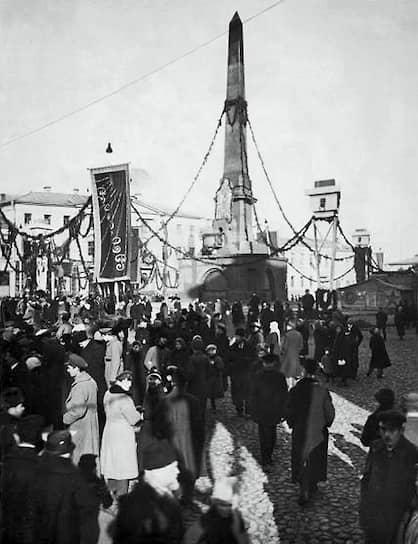 Первая Конституция советской России была принята 10 июля 1918 года <br>На фото: москвичи на торжественном открытии Монумента советской Конституции в 1918 году на Советской (Тверской) площади. В апреле 1941 года этот монумент был демонтирован