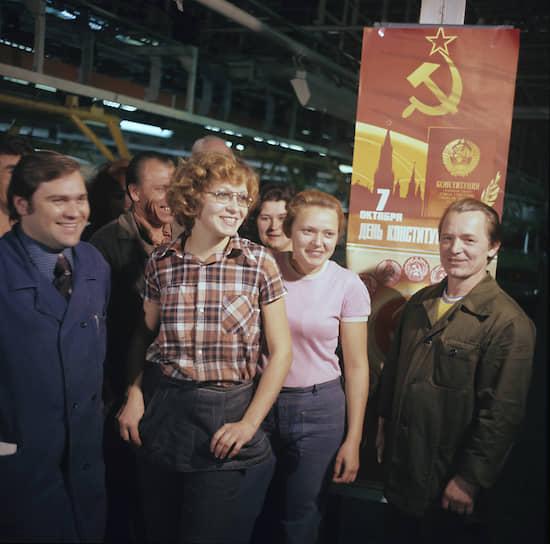 Собрание рабочих в цеху завода по случаю принятия Конституции в 1978 году