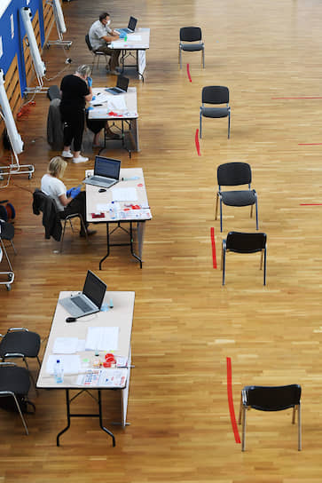 Москва. Сотрудники участковой избирательной комиссии на избирательном участке в Доме творчества на Миуссах