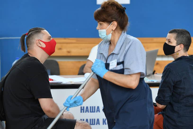 Москва. Сотрудница клининговой службы делает влажную уборку на избирательном участке во время голосования по поправкам к Конституции России