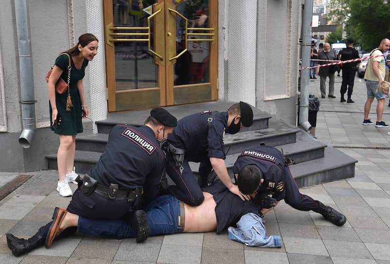 Москва. Задержание мужчины за неповиновение сотруднику полиции в районе пожара на Тверской улице