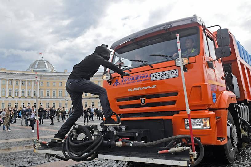 Санкт-Петербург. Одиночные пикеты на Дворцовой площади против изменения Конституции России
