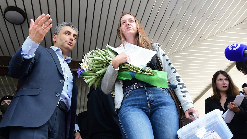 Лидер фракции «Яблоко» в Псковском областном собрании депутатов Лев Шлосберг и журналистка Светлана Прокопьева