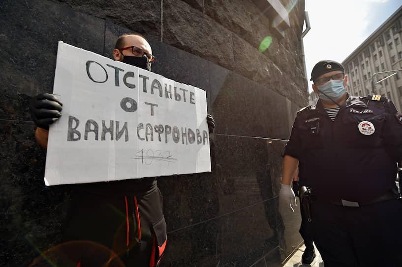 """Журналист """"Ъ"""" Александр Черных во время пикета"""