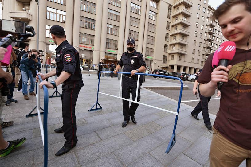 Полицейские устанавливают заграждения