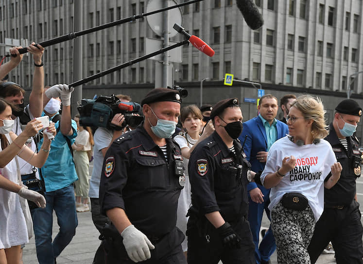Телеведущая Ксения Собчак (справа) во время задержания