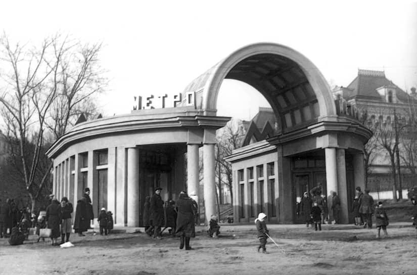 Во время Великой Отечественной войны реализация генплана 1935 года была временно прекращена, однако строительство линий метрополитена велось и в военные годы: к концу 1945-го их протяженность увеличилась на 15 км. После войны развернулись работы по восстановлению города, а затем продолжилась его плановая реконструкция