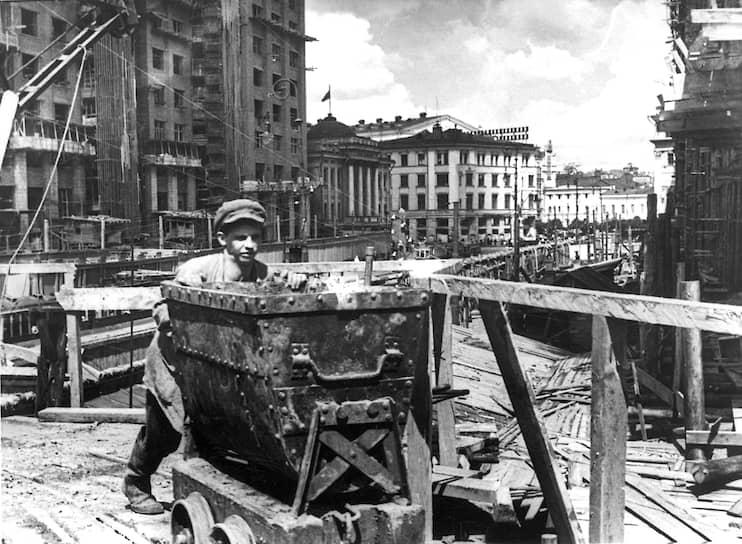 Генеральный план предусматривал увеличение к 1960 году численности населения Москвы с 3,66 млн человек (в 1935 году) до 5 млн и расширение городской территории с 285 до 600 кв. км, в основном в юго-западном направлении, свободном от промышленных предприятий