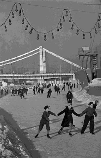 Во второй половине 1930-х годов были перестроены мосты через Москву-реку, созданы крупные парки (Измайловский, Центральный парк культуры и отдыха им. М. Горького и другие), благоустроены бульвары и скверы. В 1935–1940 годах было построено более 400 детских садов и яслей, десятки больничных корпусов <br>На фото: каток в парке Горького