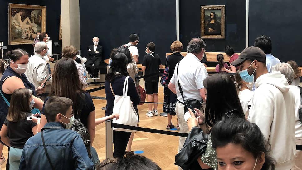 Посетители в Лувре