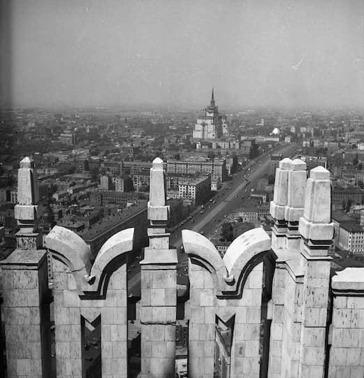 К 1953 году строительство Москвы согласно генплану реконструкции и внесенным в него изменениям было завершено <br>На фото: виды столицы, 1950-е годы