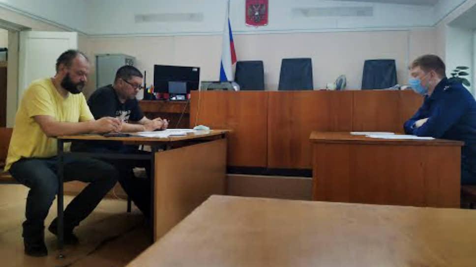 Алексей Холкин (крайний слева) в суде