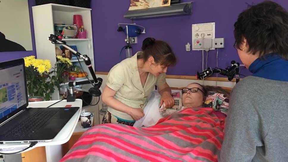 Подопечная Марии Антокольской Юлия в доме инвалидов. Девушка приехала в Голландию из Литвы на работу, но в результате падения с балкона оказалась парализованной