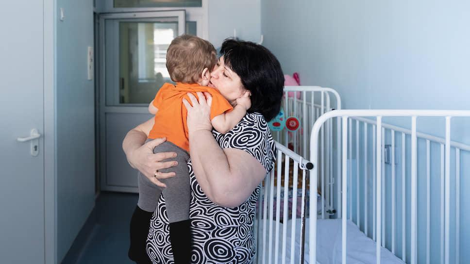 Не во всех регионах есть фонды, которые могут нанять больничных нянь для сирот. Из-за этого многие дети, нуждающиеся в высокотехнологической медпомощи, не получают ее
