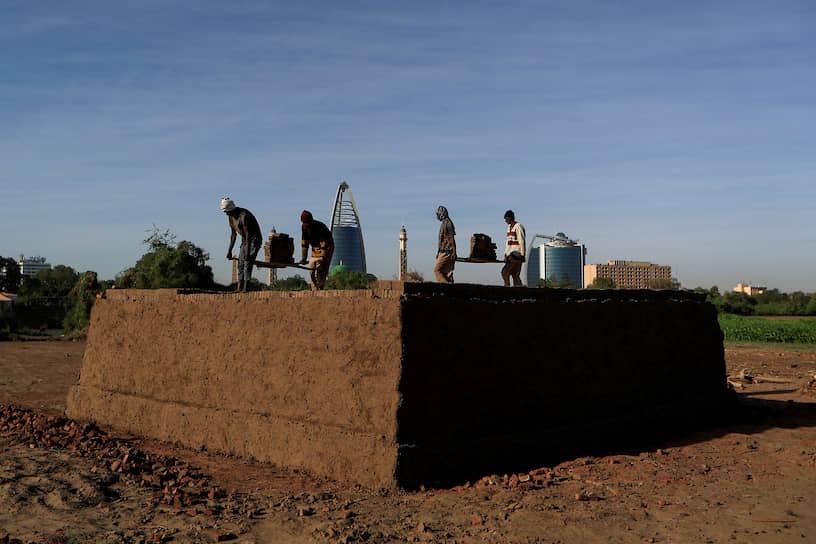 Хартум, Судан. Рабочие обжигают кирпичи
