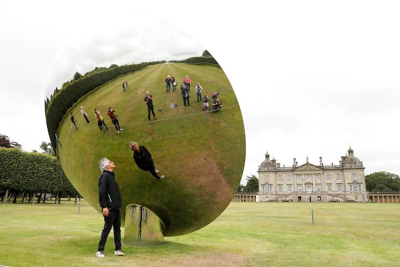 Норфолк, Великобритания. Скульптор Аниш Капур позирует у своей работы