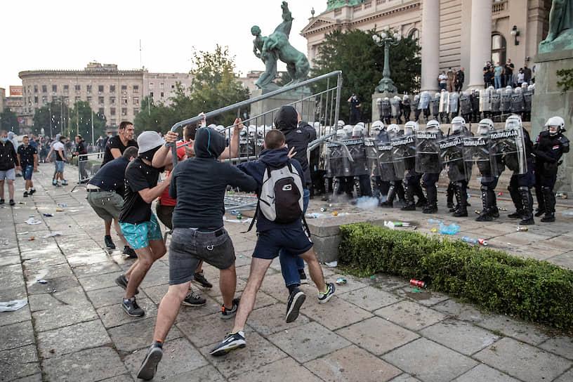 Белград, Сербия. Акция протеста после повторного введения карантина из-за ухудшения ситуации с коронавирусом