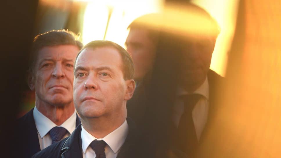 Замглавы администрации президента Дмитрий Козак (слева) и зампред Совета безопасности РФ Дмитрий Медведев (в центре)