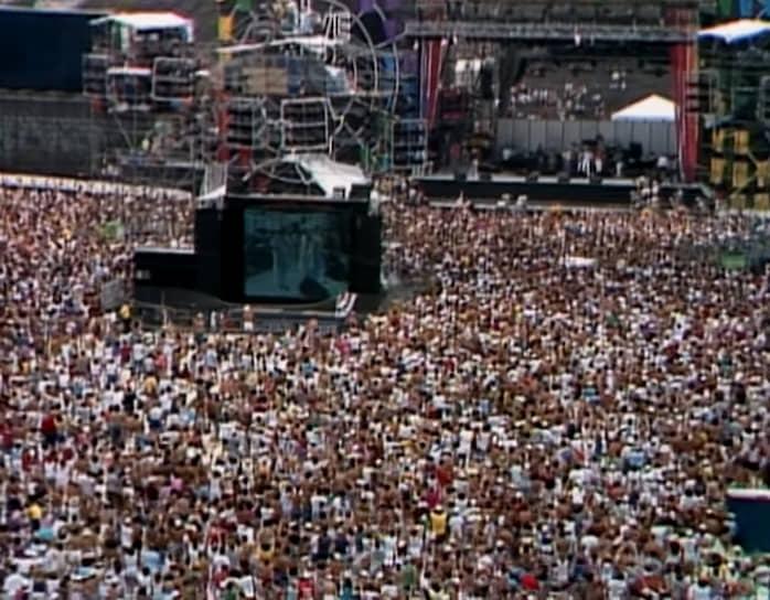 Концерт The Beach Boys собрал более 1 млн зрителей. Интересно, что в тот же вечер на выступлении музыкантов в Вашингтоне собралось еще около 750 тыс. человек. Через 11 дней группа опять выступила в Филадельфии, в этот раз на фестивале Live Aid (на фото) на стадионе имени Джона Кеннеди, где собралось около 100 тыс. зрителей
