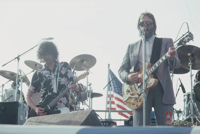 В День независимости США 4 июля 1985 года группа The Beach Boys выступила в Филадельфии на территории местного музея искусств. Публика смотрела концерт с прилегающего к нему бульвара Бенджамина Франклина. В какой-то момент к музыкантам группы присоединился основатель Led Zeppelin Джимми Пейдж (на фото слева)