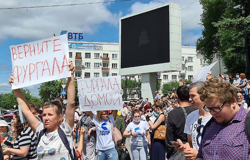 В какой-то момент к митингующим вышел первый зампред краевого правительства Владимир Хлапов, но понимания у народа он не встретил: после слов «Отстаивать права надо в рамках правового поля» его освистали