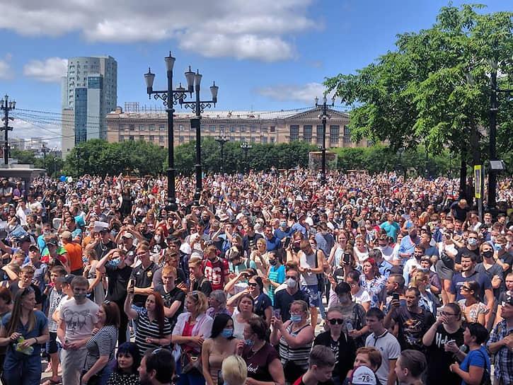 Затем люди пошли колонной по центральной улице и в итоге вернулись на площадь имени Ленина