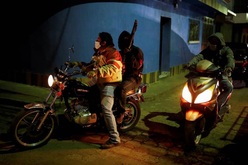 Сан-Висенте-Пакайя, Гватемала. Добровольцы следят за соблюдением гражданами ограничений на передвижение, введенных из-за распространения коронавируса